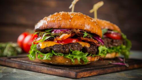 El placer de comer un buena hamburguesa de buey o pollo