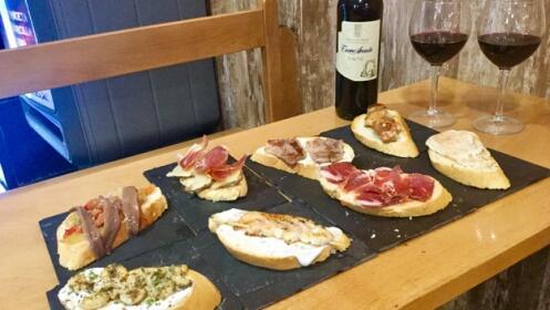 Tabla de 8 tostas con botella de vino tinto Ribera