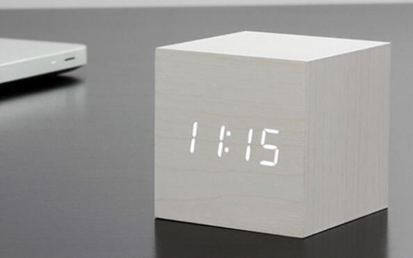 Cubo reloj de madera con LED